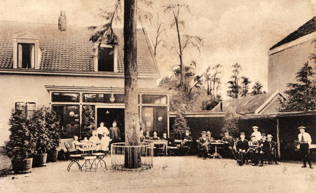 het terras achter burgerlust in de tuin gelegen in het (huidige) Koningsdal