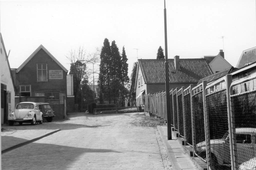 De Cornelis Koningstraat nabij het Lukassenpad. Links de werkplaats van meubelmakerj van G. van Laar jr., die aan de Mariaweg 42 woonde.