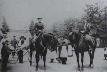 Coenraad Alexander Prins met dochter Gusta te paard.