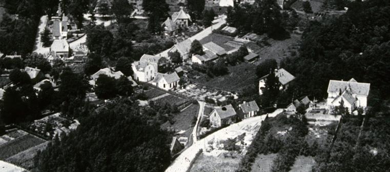 """Op deze foto van eind jaren`20 zien we onder de bocht in de Fangmanweg met het Zweierspad het Zweiersdal inlopend. Links daarvan, net zichtbaar achter de bomen links, de boerderij van Gerritsen die na aanleg van de Dam, hier nog niet aanwezig, werd afgebroken. Die plek is nu onderdeel van het Heempark """"de Zomp""""."""
