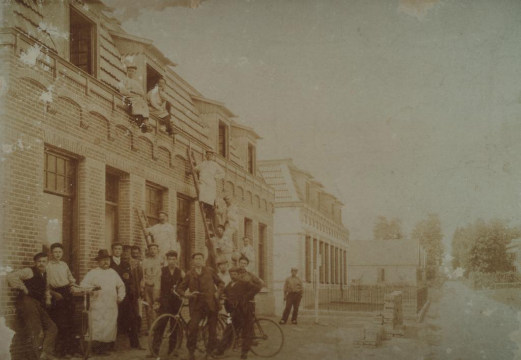 Emmastraat rond 1905 met links de nog bestaande huizen Emmastraat 4-14, nabij de kruising met de Beukenlaan.