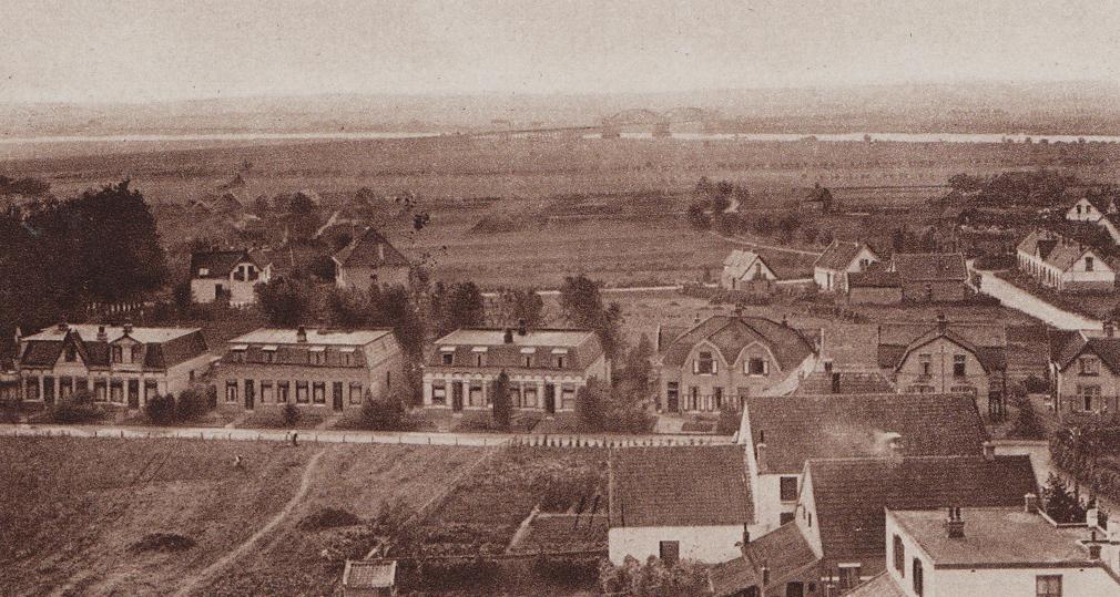 """Emmastraat met, geheel rechts, zuidwaarts de Vogelweg uitkomend op de Grindweg. Daarachter Stenenkruis. Het eerste huis van rechts is de voorganger van het in 1949 opgetrokken pand op nummer 26. Het tweede huis van rechts is het nog bestaande """"Molenzicht"""" op nummer 20-22, gebouwd in 1910 met links ervan het eveneens nog bestaande twee onder één kap op nummer 16-18, gebouwd in 1903."""