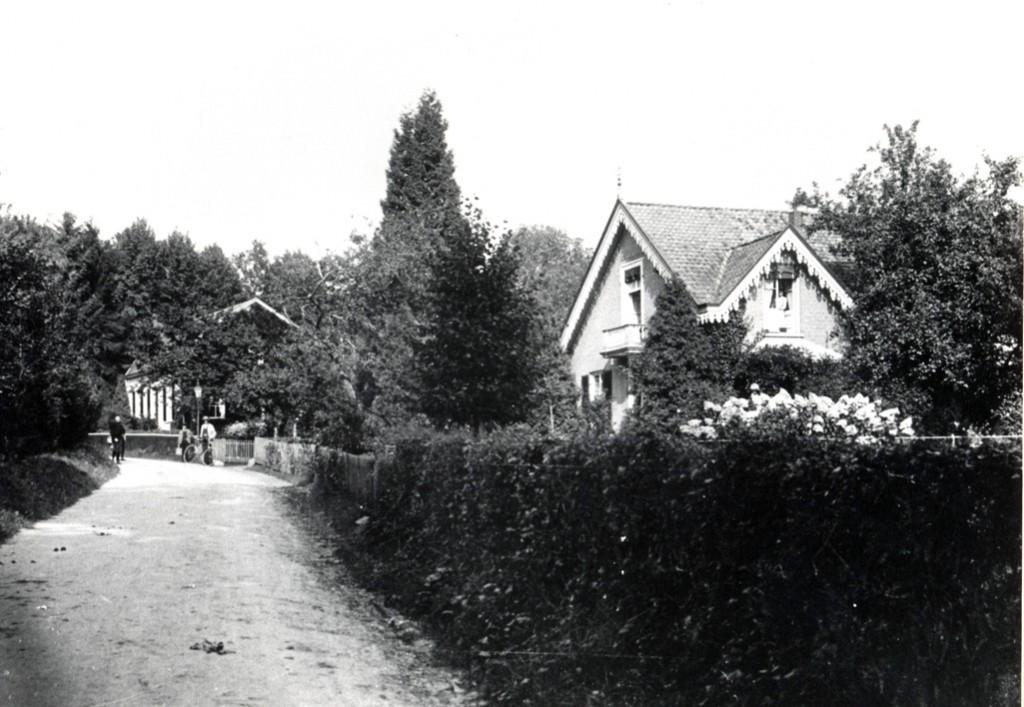"""Het pension van de familie Gerritsen op de Kneppelhoutweg. Daarachter pension """"Heuvelrust"""""""