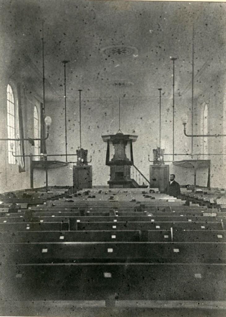De zaalkerk van de eerste gereformeerde kerk aan de Van Toulon van der Koogweg. Foto rond 1900.
