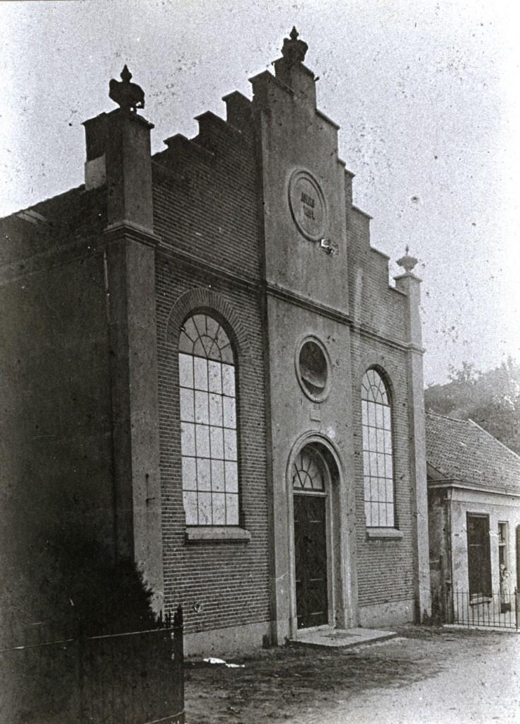 De eerste gereformeerde kerk vrijwel op de plek van de huidige tegenover de plek waar de tweede kerk verrees.