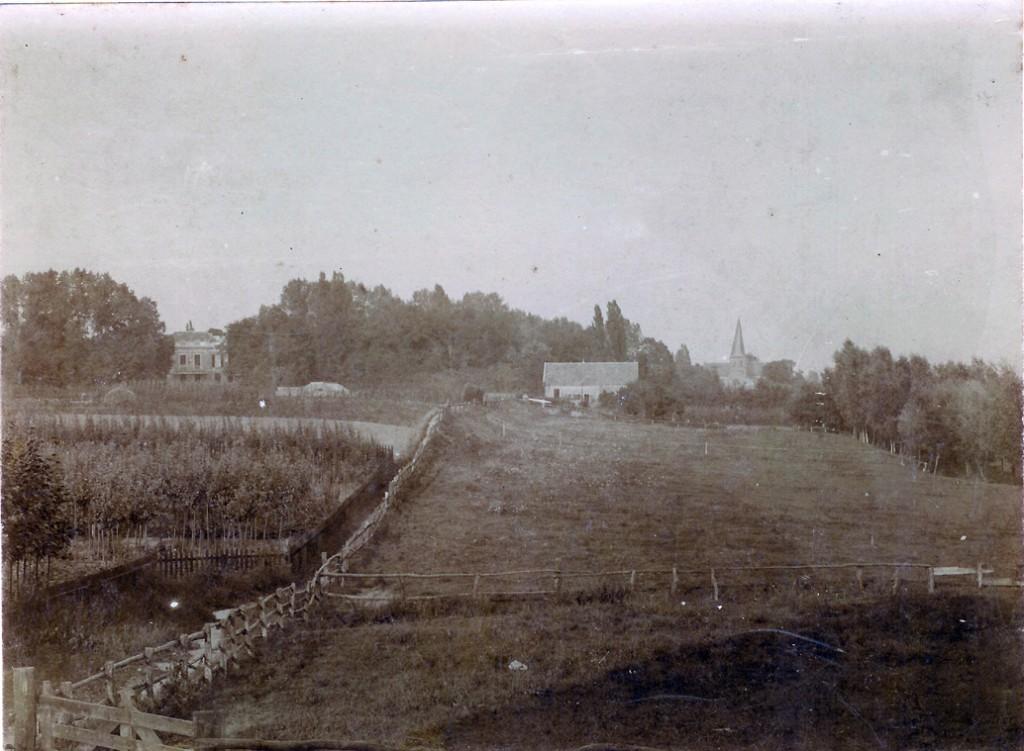 """Het Kerkpad met links op de achtergrond """"Villa Nova"""" in deze tijd rond 1924 """"Dennenoord"""" geheten, een naam die de familie Lucardie aan de villa gaf."""