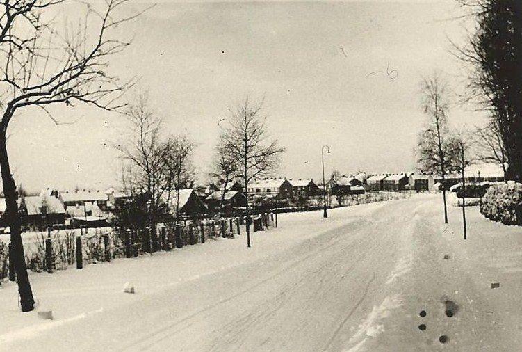 Winter 1956. Links loopt het Stenen kruis naar beneden.