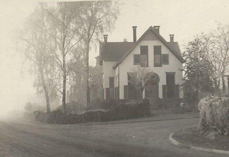 Hoek met de Beukenlaan. Het huis heeft nu nummer 23 en werd in 1912 gebouwd door de Oosterbeekse aannemer De Geest.