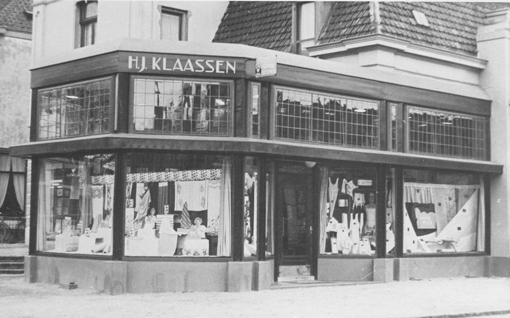 Op de oosthoek van de Wilhelminastraat de winkel van H. J. Klaassen