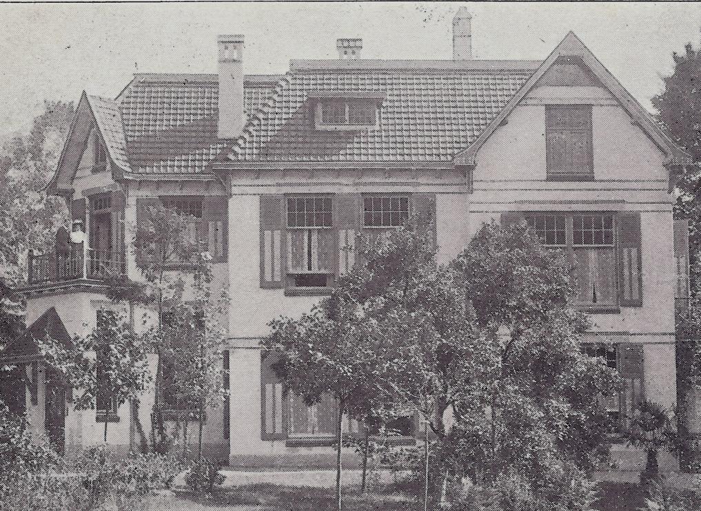 """Huize """"Vree berg"""" in 1913 met op het balkon jhr. Johannes Beelaerts van Bloklanden zijn vrouw de baronesseJeanette Wernarda Louise de Girard de Mielet van Coehoorn. De villa wordt in 1904 opgetrokken op de plek van een boerderij waarin Aalbers woonde. De kelder en gedeeltelijk muren worden in de nieuwe villa geïncorporeerd. Vanaf 1919 gaat de familie Beelaerts op """"de Hemelsche Berg """"wonen maar houdt de villa aan. Na WOII, als """"de Hemelsche Berg""""is verwoest gaat de familie weer op """"Vree Berg """"wonen."""