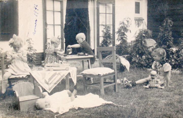 Leden van de familie Cordes op het gazon ten zuiden van het huis. Foto uit 1942.