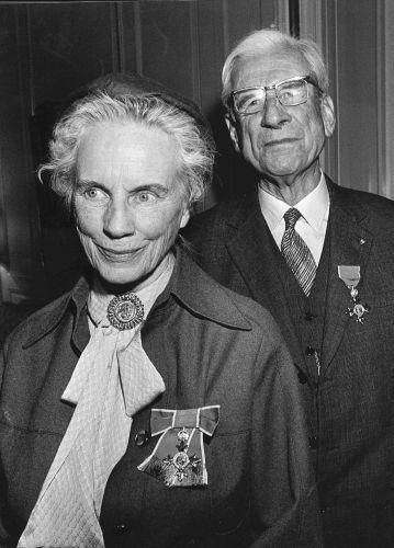 Kate ter Horst-Arriëns en Jan ter Horst met onderscheiding, 1980