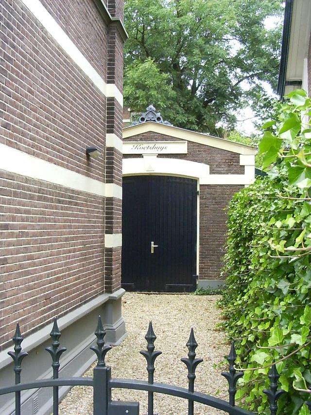 Koetshuis van het voormalig gemeentehuis.