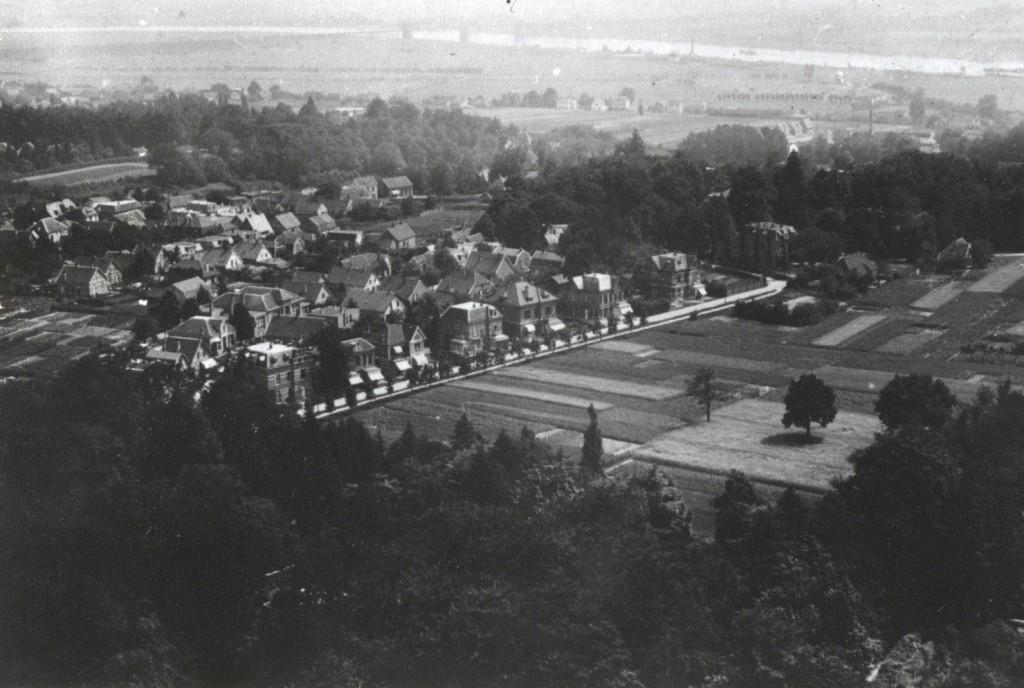 In het midden de Pietersbergseweg met rechts, voor de bocht met Overzicht de villa op Pietersbergseweg 38.