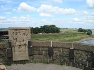 Het Jan van Hoof- monument op de noord-oostelijke pijler van de brug bij Nijmegen.