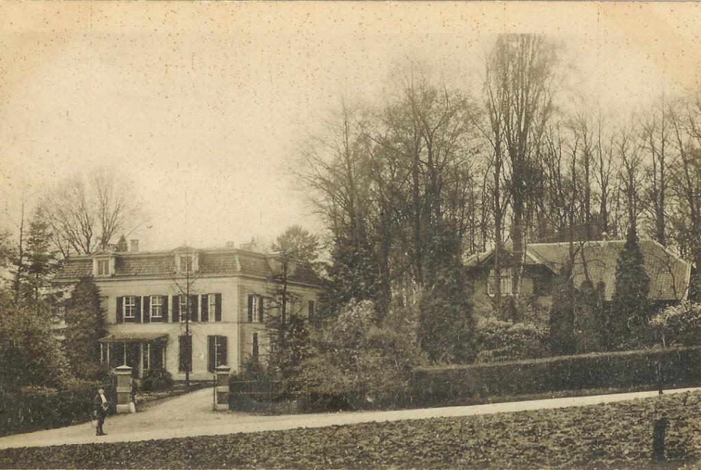 """Huize """"de Pietersberg""""in 1920 met rechts het oude koetshuis nu vervangen door naoorlogse bebouwing. De voordeur zit in de rechter pui, aan de linkerkant de aangebouwde veranda."""