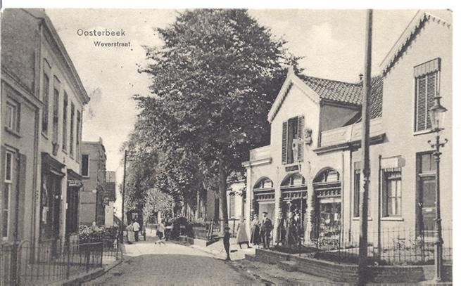 """Weverstraat zuidelijk van de Annastraat. Rechts een drogisterij die later de """"Goedkope Winkel"""" zou herbergen"""