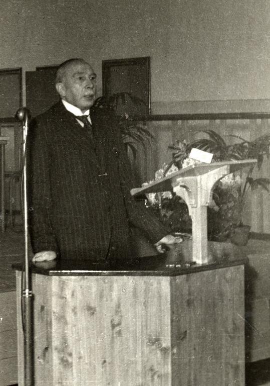 Burgemeester Talsma bij de opening van de kantine van de Heveafabriek te Doorwerth.