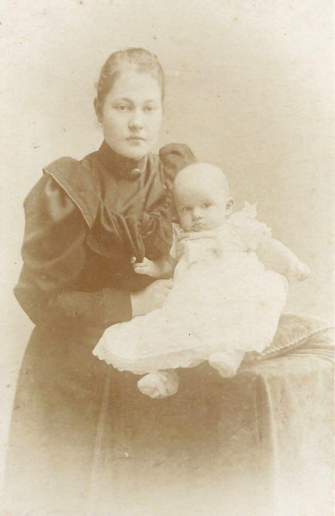 Petronella Catharina van Eeghen met haar dochter Louise Willemiene (MIen) 1892- 1971)