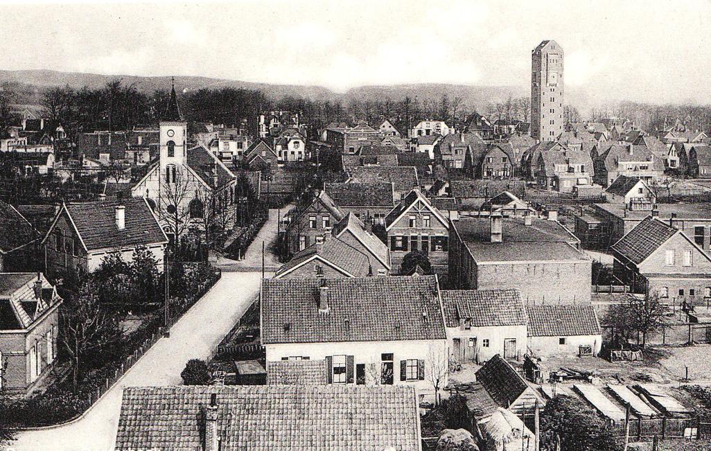 """De Remonstrantse kerk op de hoek van de Jacobaweg met de Wilhelminastraat. Daaronder villa """"Vrede"""". De zuidhoek van de Wilhelminaweg/ Jacobaweg is nu bebouwd met een woning en het pand van """"Werkmansbelang."""