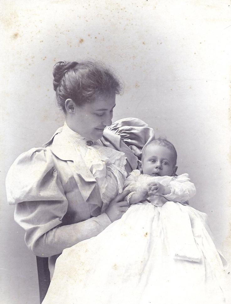 John Robert Leonard Wykeham met zijn moeder