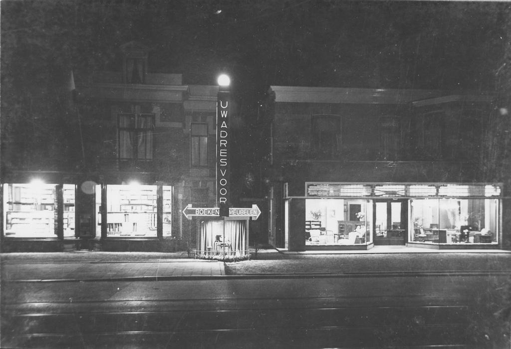 Van de situatie ter plekke bestaat ook een avond- uiitvoering. Links boekhanel Romijn en rechts de meubelwinkel van Makenbach.