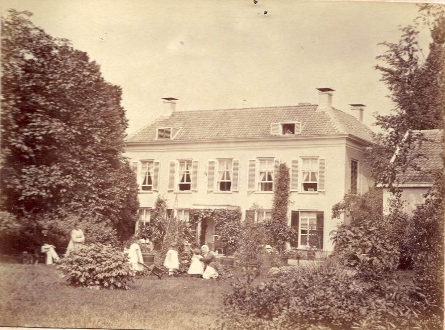"""Achterzijde van huis """"Valkenburg"""" met leden van de familie Wolterbeek. Foto 1889."""