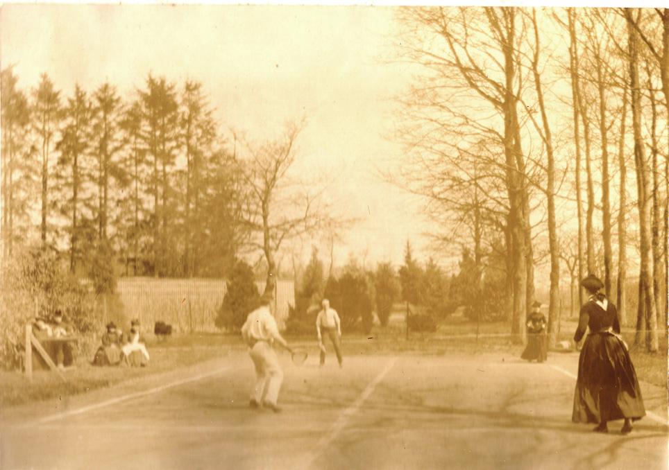 """De tennisbaan van """"Valkenburg"""" met leden van de tweede generatie Wolterbeek."""