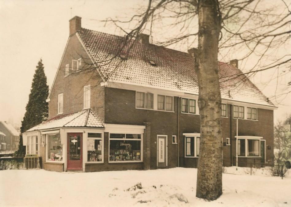 De tabakswinkel van J.H.Gademan aan de Steynweg 10, op de hoek van de Nassaulaan.