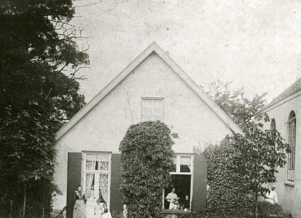 Links van de eerste gereformeerde kerk stond eertijds dit kleine huisje.