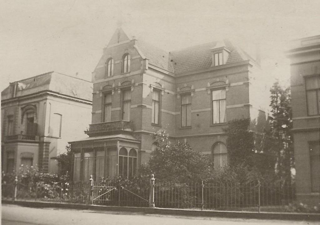 """Een fraaie foto uit rond 1915 van de villa """"Dina"""" met links """"Marie Louise"""" en rechts een deel van """"Vredelust"""""""