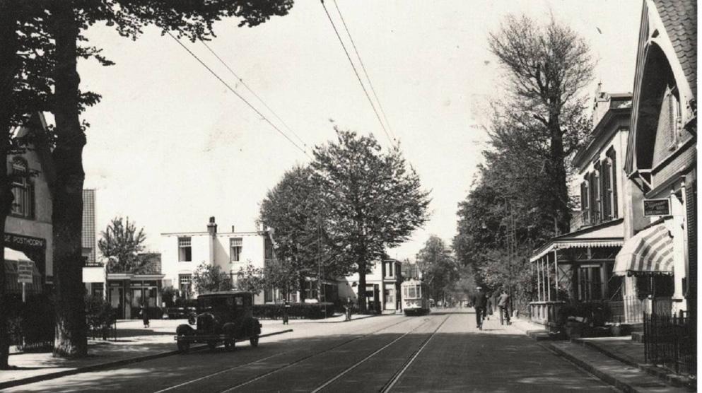 Utrechtseweg met links, nog net zichtbaar café Bellevue op de hoek van de Molenweg en rechts Oosterhoogte