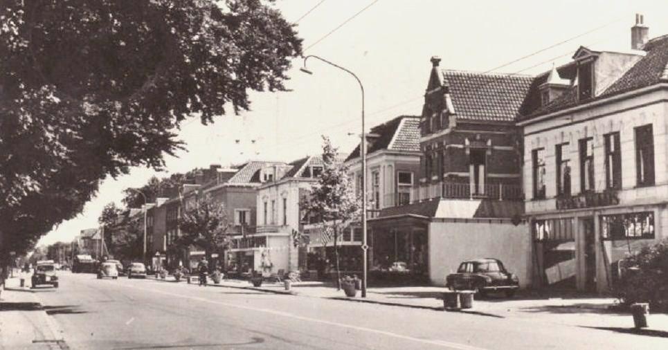 Een blik oostwaarts ter hoogte van de Pastoor Bruggemanlaan geeft het rijtje van de kop van de Weverstraat t/m Vredelust weer