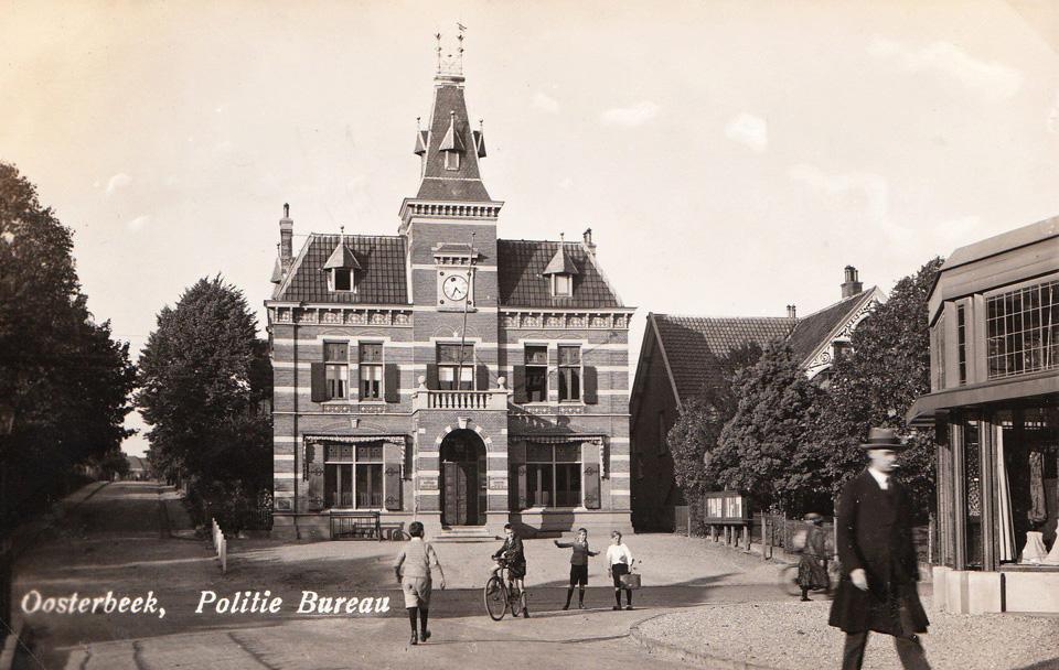 Ingang van de Jan van Embdenweg links naast het, dankzij zijn krachtig ijveren, in 1866 gebouwde gemeentehuis.