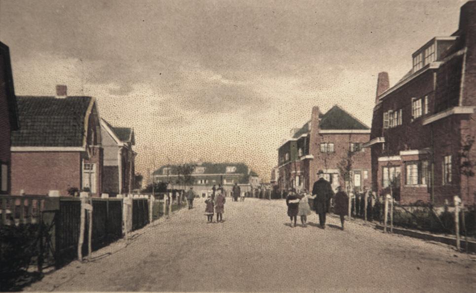 De Jan van Embdenweg met op de achtergrond het Zaaijerplein.