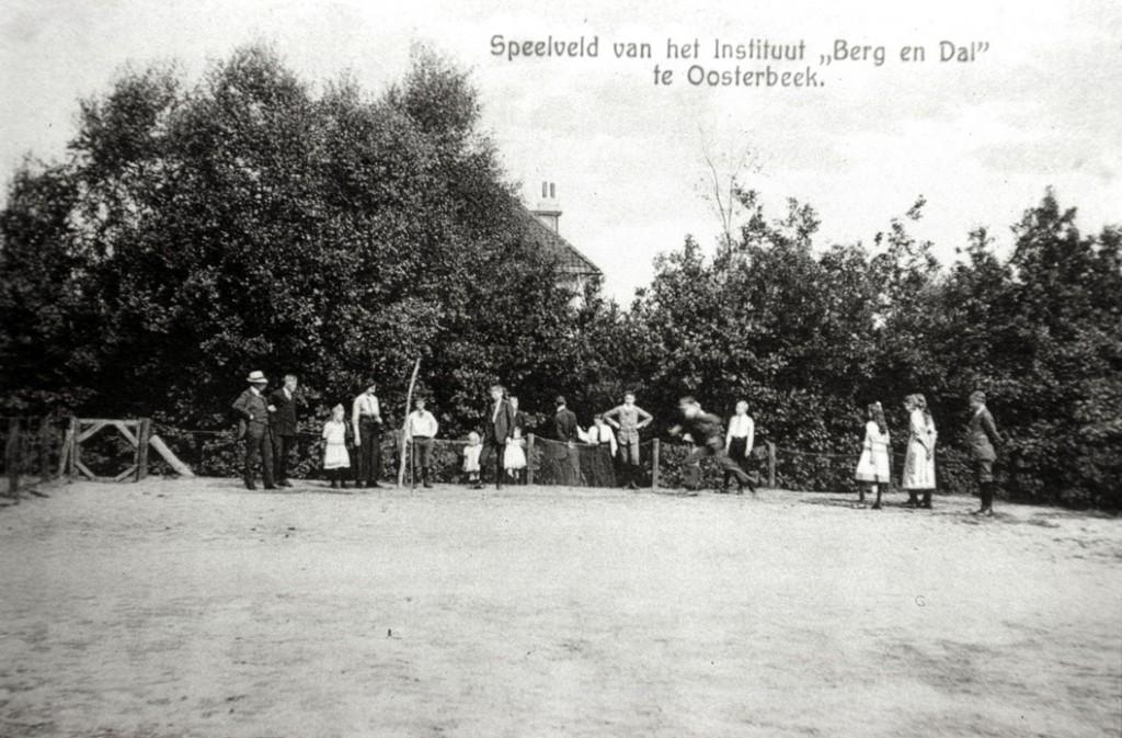 """Een speelveld voor de pupillen van de kostschool """"Berg en Dal""""."""