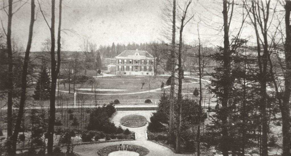 De parkaanleg aan de voorzijde van het huis gezien vanaf de oostelijk ervan gelegen belvedère.