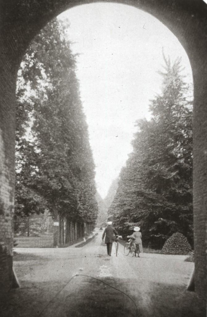 Aan de noordzijde van het viaduct, links, de oprijlaan naar het huis.