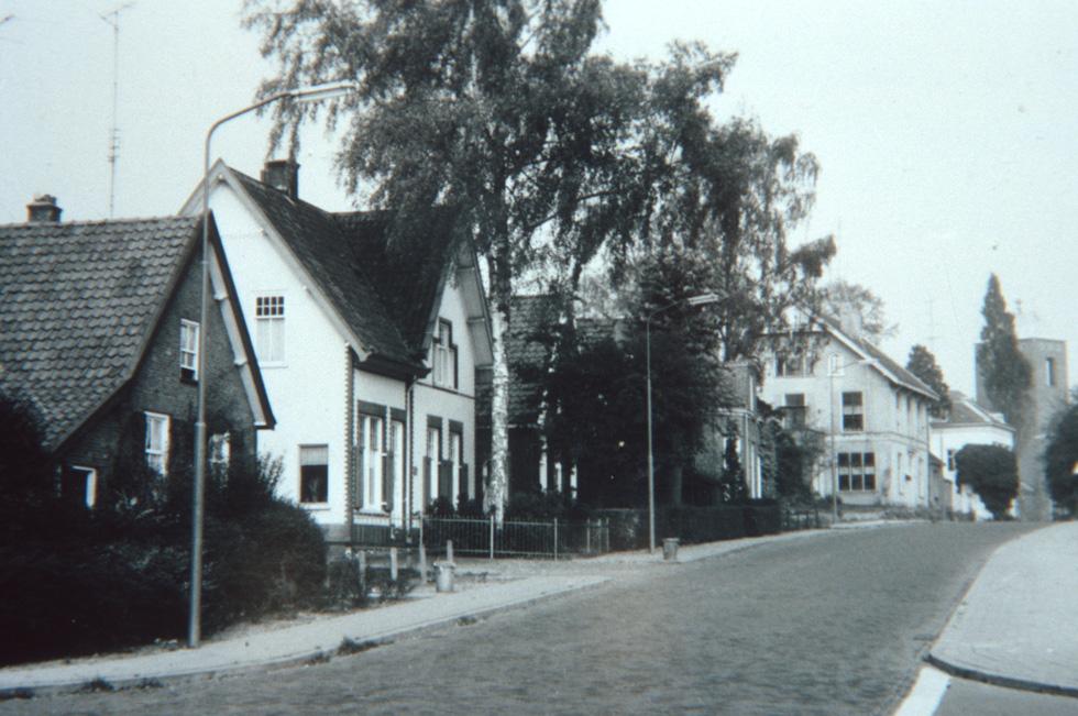 """Achter de berk het woonhuis van de aannemer Van der Geest. Op de achtergrond het voormalige pension """"Oosterhoogte""""."""
