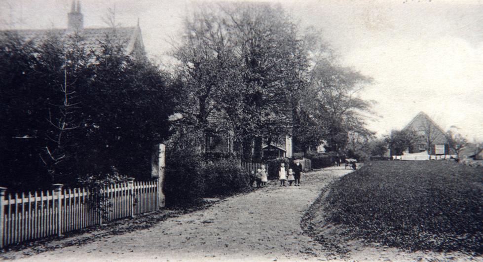 Rond 1900 had men ter plekke dit beeld. Rechts bevond zich de akker behorende bij de boerderij, rechts op de achtergrond.