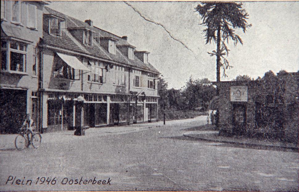 Kort na WOII de Van Toulon van der Koogweg met plein 1946 waarop rechts de noodwinkels zichtbaar zijn.