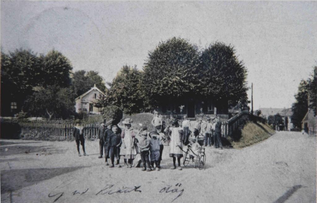 Groep kinderen op de hoek van de Weverstraat/ Van Eeghenweg/