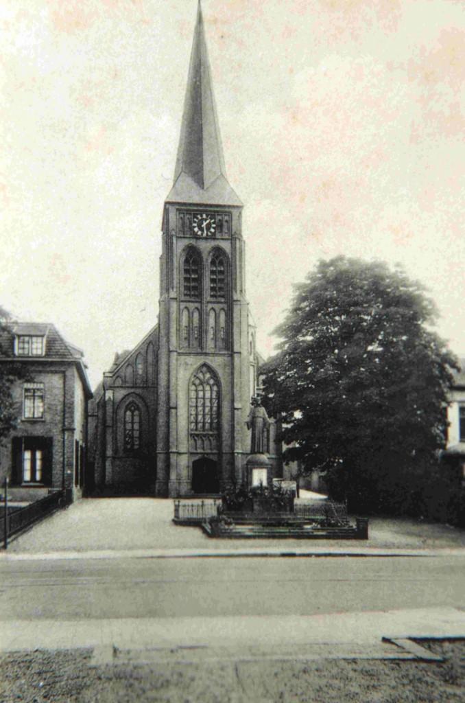 De St. Bernulphuskerk werd in 1944 zwaar beschadigd. Toen men na de oorlog met restauratie begon werd om financiële reden de toren afgebroken. Ook werd het Christusbeeld van de hand van de Wageningse beeldhouwer August Falise naar links op het kerkpleintje verplaatst.