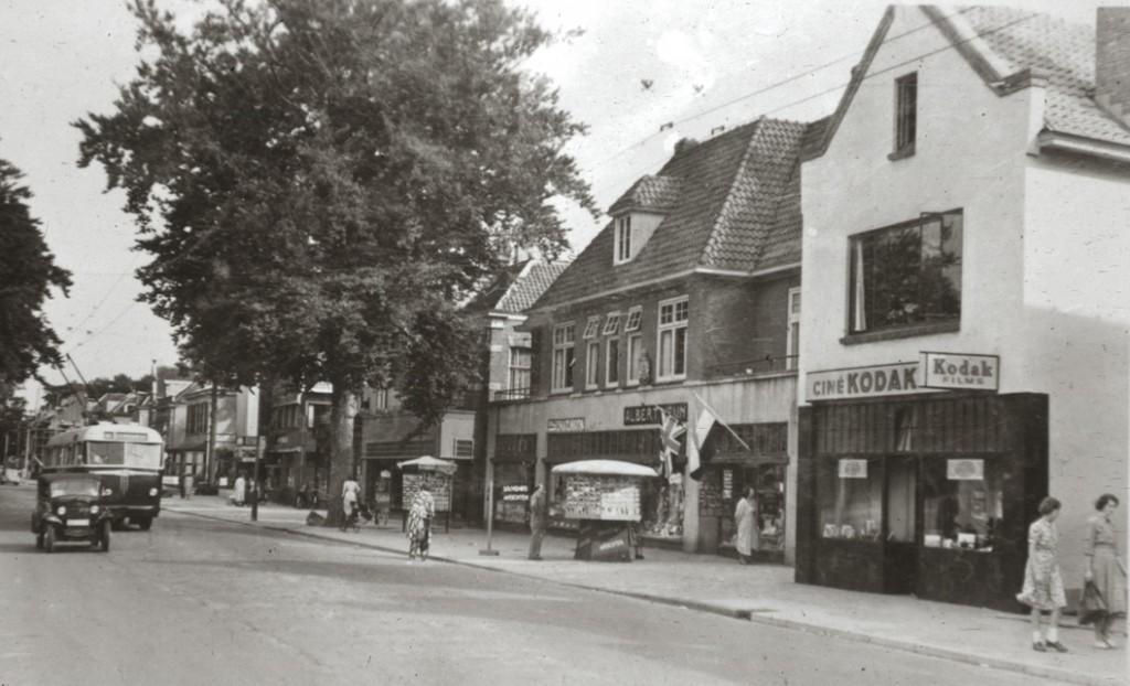 Na Rieken treffen we in het sterk verbouwde pand de fotozaak van Rijk aan. Oostelijk daarvan is Albert Heijn neergestreken, komende van de hoek van de Weverstraat.