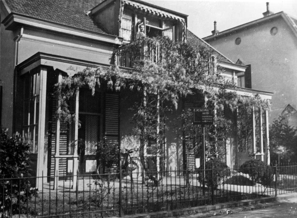 Aan de oostzijde van de Annastraat staat nog steeds het voormalig huis van de Arts Jongsma, een pand waarin later een bank haar bedrijf uitoefende.