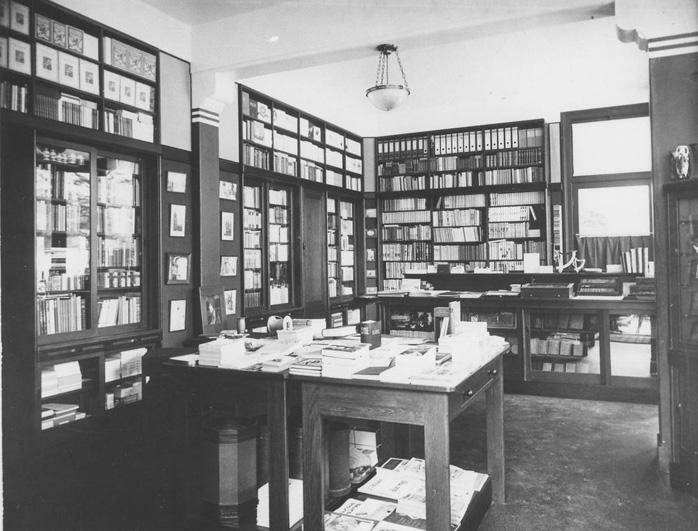Het interieur van de boekhandel. Een waar lustoord voor prentenverzamelaars en boekenliefhebbers.