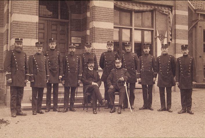 Burgemeeswter Nedermeijer ridder van Rosenthal temidden van zijn politiecorps voor het stadhuis