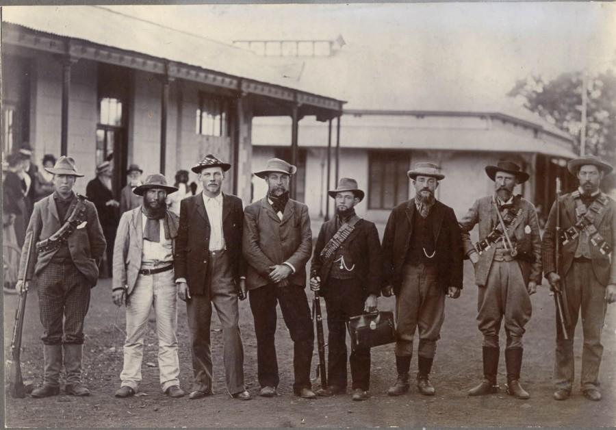 Christiaan de Wet (derde van rechts) met zijn boeren- staf.