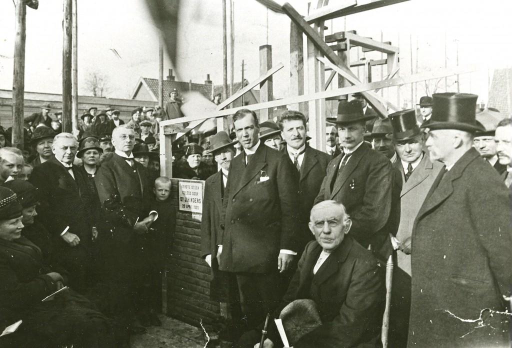 De eerstesteenlegging van de tweede Gereformeerde Kerk te Oosterbeek.
