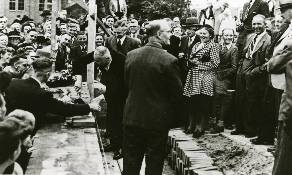 De eerstesteenlegging van de derde gereformeerde kerk, de Vredebergkerk in 1948.